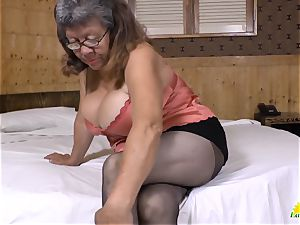 LATINCHILI Latina mature solo milking