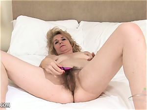 Isabella Diana fucktoys her wooly mature cooter