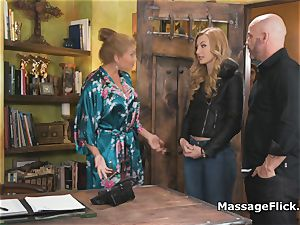 new massagists suck off instructing in the shower
