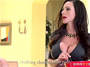 cougar Ariella Ferrera pummels her daughters admirer