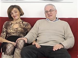 SCAMBISTI MATURI - Deep anal with mature Italian female