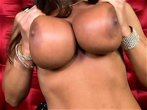 stunning Lisa Ann unveils her meaty jummy titties